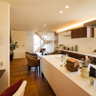 他の地域のアジアンスタイルのおしゃれなキッチン (一体型シンク、フラットパネル扉のキャビネット、濃色木目調キャビネット、無垢フローリング、茶色い床) の写真