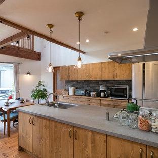 名古屋のアジアンスタイルのおしゃれなキッチン (グレーのキッチンパネル、シルバーの調理設備、茶色い床、アンダーカウンターシンク、フラットパネル扉のキャビネット、中間色木目調キャビネット、無垢フローリング、グレーのキッチンカウンター) の写真