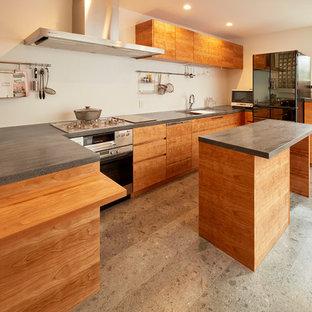 東京23区のモダンスタイルのおしゃれなキッチン (シングルシンク、フラットパネル扉のキャビネット、中間色木目調キャビネット、白いキッチンパネル、グレーの床、黒いキッチンカウンター) の写真