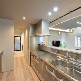 他の地域のモダンスタイルのおしゃれなキッチン (一体型シンク、フラットパネル扉のキャビネット、塗装フローリング、ベージュの床) の写真