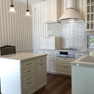札幌のトラディショナルスタイルのおしゃれなL型キッチン (一体型シンク、レイズドパネル扉のキャビネット、白いキャビネット、白いキッチンパネル、無垢フローリング、茶色い床) の写真