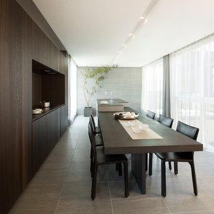 東京23区のアジアンスタイルのおしゃれなキッチン (アンダーカウンターシンク、茶色いキッチンパネル、パネルと同色の調理設備、グレーの床、黒いキッチンカウンター、フラットパネル扉のキャビネット、濃色木目調キャビネット) の写真