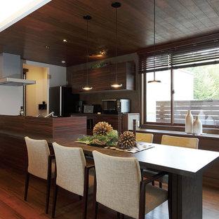 横浜のアジアンスタイルのおしゃれなキッチン (フラットパネル扉のキャビネット、中間色木目調キャビネット、無垢フローリング、茶色い床) の写真