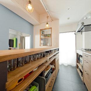 大阪のアジアンスタイルのおしゃれなキッチン (クッションフロア、黒い床、ベージュのキッチンカウンター) の写真
