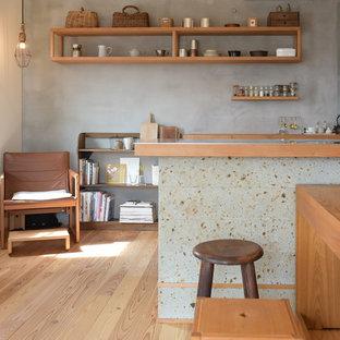 東京23区のアジアンスタイルのおしゃれなアイランドキッチン (無垢フローリング、茶色い床) の写真