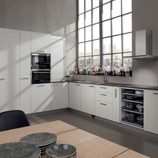 横浜のコンテンポラリースタイルのおしゃれなキッチン (シングルシンク、フラットパネル扉のキャビネット、白いキャビネット、グレーのキッチンパネル、グレーの床) の写真