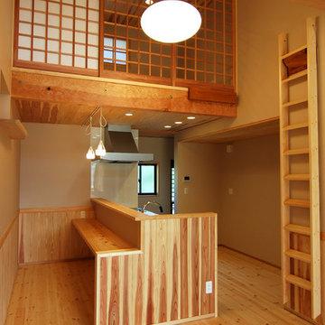 ヒノキのカウンターのあるキッチン
