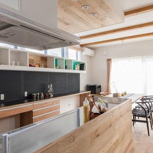 他の地域のアジアンスタイルのおしゃれなキッチン (フラットパネル扉のキャビネット、中間色木目調キャビネット、淡色無垢フローリング、茶色い床) の写真