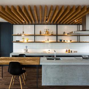 他の地域のコンテンポラリースタイルのおしゃれなキッチン (アンダーカウンターシンク、オープンシェルフ、コンクリートカウンター、白いキッチンパネル、サブウェイタイルのキッチンパネル、濃色無垢フローリング、茶色い床、グレーのキッチンカウンター、ルーバー天井) の写真