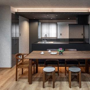東京23区のモダンスタイルのおしゃれなキッチン (アンダーカウンターシンク、インセット扉のキャビネット、グレーのキャビネット、メタリックのキッチンパネル、黒い調理設備、淡色無垢フローリング、ベージュの床、黒いキッチンカウンター) の写真