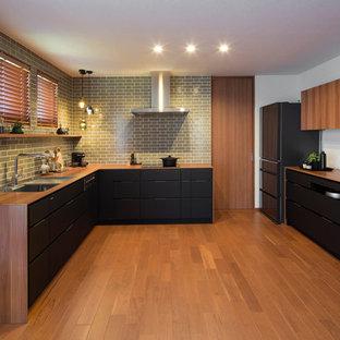 L型北欧スタイルのLDKの画像 (アンダーカウンターシンク、インセット扉のキャビネット、黒いキャビネット、シルバーの調理設備、アイランドなし、茶色い床、無垢フローリング)