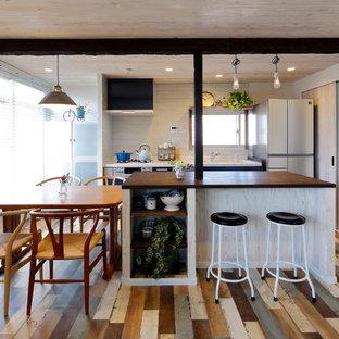 他の地域の北欧スタイルのおしゃれなLDK (塗装フローリング、マルチカラーの床) の写真