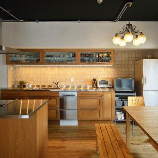 東京23区のトランジショナルスタイルのおしゃれなキッチン (シングルシンク、落し込みパネル扉のキャビネット、中間色木目調キャビネット、ステンレスカウンター、ベージュキッチンパネル、セラミックタイルのキッチンパネル、無垢フローリング、茶色い床) の写真