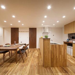 他の地域の北欧スタイルのおしゃれなキッチン (フラットパネル扉のキャビネット、淡色木目調キャビネット、マルチカラーのキッチンパネル、モザイクタイルのキッチンパネル、淡色無垢フローリング、ベージュの床、茶色いキッチンカウンター) の写真