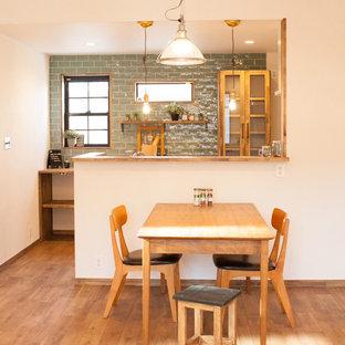 他の地域のコンテンポラリースタイルのおしゃれなペニンシュラキッチン (ヴィンテージ仕上げキャビネット、木材カウンター、濃色無垢フローリング、茶色い床、茶色いキッチンカウンター、オープンシェルフ) の写真