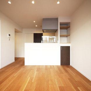 Réalisation d'une cuisine ouverte linéaire minimaliste avec un sol en contreplaqué, un îlot central, un sol beige, un plan de travail blanc et un plafond en papier peint.