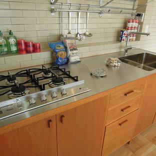 神戸のシャビーシック調のおしゃれなキッチン (中間色木目調キャビネット、ステンレスカウンター、白いキッチンパネル、セラミックタイルのキッチンパネル、シルバーの調理設備の、アイランドなし) の写真