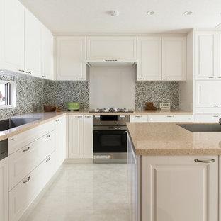 トラディショナルスタイルのおしゃれなキッチン (アンダーカウンターシンク、インセット扉のキャビネット、白いキャビネット、クオーツストーンカウンター、マルチカラーのキッチンパネル、モザイクタイルのキッチンパネル、パネルと同色の調理設備、白い床) の写真