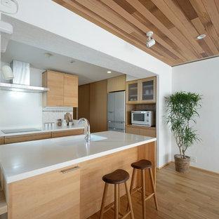 他の地域のアジアンスタイルのおしゃれなキッチン (フラットパネル扉のキャビネット、無垢フローリング、茶色い床) の写真