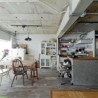 大阪の小さいインダストリアルスタイルのおしゃれなキッチン (グレーの床、フラットパネル扉のキャビネット、白いキャビネット、木材カウンター、白いキッチンパネル、シルバーの調理設備の、無垢フローリング、茶色いキッチンカウンター) の写真