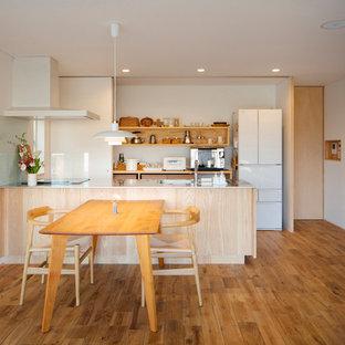 他の地域のモダンスタイルのおしゃれなキッチン (一体型シンク、オープンシェルフ、ステンレスカウンター、無垢フローリング、茶色い床) の写真