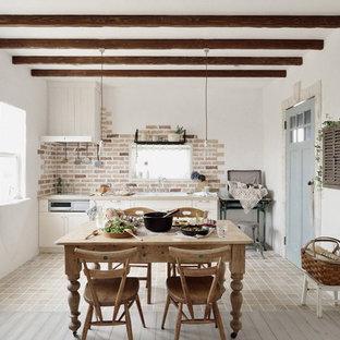 Diseño de cocina lineal, romántica, con puertas de armario blancas y suelo de baldosas de porcelana