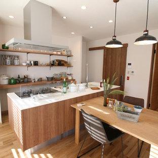 他の地域の中くらいのカントリー風おしゃれなキッチン (一体型シンク、中間色木目調キャビネット、無垢フローリング、茶色い床) の写真