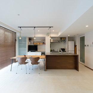 東京23区の中くらいのコンテンポラリースタイルのおしゃれなキッチン (一体型シンク、ステンレスカウンター、磁器タイルの床、ベージュの床) の写真