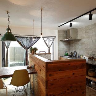 他の地域のコンテンポラリースタイルのおしゃれなキッチン (オープンシェルフ、ステンレスカウンター、グレーのキッチンパネル、無垢フローリング、茶色い床) の写真