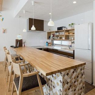 他の地域の北欧スタイルのおしゃれなキッチン (淡色無垢フローリング、白い調理設備、オープンシェルフ、淡色木目調キャビネット) の写真