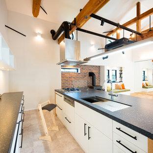 他の地域の北欧スタイルのおしゃれなキッチン (アンダーカウンターシンク、白いキャビネット、人工大理石カウンター、シルバーの調理設備の、クッションフロア、グレーの床) の写真