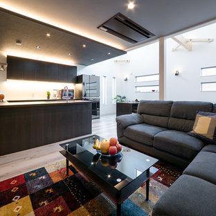 モダンスタイルのおしゃれなキッチン (アンダーカウンターシンク、インセット扉のキャビネット、濃色木目調キャビネット、白いキッチンパネル、シルバーの調理設備、淡色無垢フローリング、ベージュの床、ベージュのキッチンカウンター) の写真
