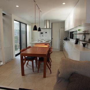 他の地域のモダンスタイルのおしゃれなキッチン (シングルシンク、フラットパネル扉のキャビネット、白いキャビネット、ステンレスカウンター、ベージュの床、白いキッチンカウンター) の写真