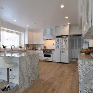 他の地域のヴィクトリアン調のおしゃれなキッチン (落し込みパネル扉のキャビネット、白いキャビネット、大理石カウンター、塗装フローリング、ベージュの床) の写真