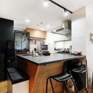 東京23区のインダストリアルスタイルのおしゃれなI型キッチン (シングルシンク、無垢フローリング、茶色い床、グレーのキッチンカウンター) の写真