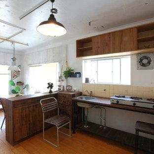 名古屋の小さいおしゃれなキッチン (シングルシンク、木材カウンター、ベージュキッチンパネル、無垢フローリング、茶色い床、茶色いキッチンカウンター) の写真