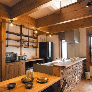 他の地域のアジアンスタイルのおしゃれなキッチン (シングルシンク、フラットパネル扉のキャビネット、中間色木目調キャビネット、淡色無垢フローリング、茶色い床、茶色いキッチンカウンター) の写真
