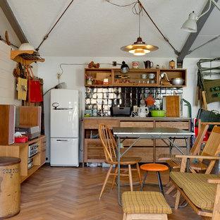 大阪のおしゃれなキッチン (シングルシンク、インセット扉のキャビネット、中間色木目調キャビネット、黒いキッチンパネル、セラミックタイルのキッチンパネル、無垢フローリング、茶色い床) の写真