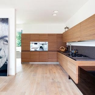 東京23区のコンテンポラリースタイルのおしゃれなキッチン (ダブルシンク、インセット扉のキャビネット、濃色木目調キャビネット、グレーのキッチンパネル、シルバーの調理設備、淡色無垢フローリング、アイランドなし、ベージュの床) の写真