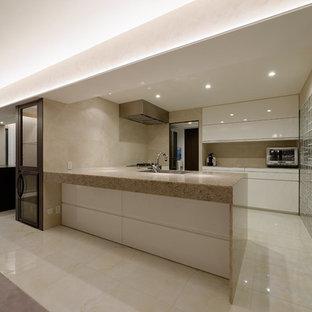 東京23区のモダンスタイルのおしゃれなキッチン (アンダーカウンターシンク、フラットパネル扉のキャビネット、白いキャビネット、クオーツストーンカウンター、ベージュキッチンパネル、セラミックタイルのキッチンパネル、シルバーの調理設備の、セラミックタイルの床、ベージュの床) の写真