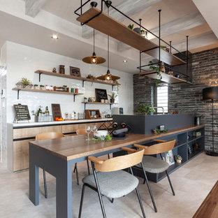 他の地域のインダストリアルスタイルのおしゃれなキッチン (オープンシェルフ、ベージュのキャビネット、白いキッチンパネル、ベージュの床、白いキッチンカウンター) の写真