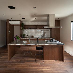 他の地域のアジアンスタイルのおしゃれなキッチン (一体型シンク、オープンシェルフ、濃色木目調キャビネット、ステンレスカウンター、シルバーの調理設備、濃色無垢フローリング) の写真