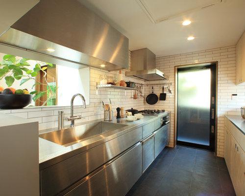Cucina con ante in acciaio inossidabile e pavimento in ardesia ...