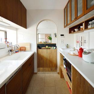 他の地域の北欧スタイルのおしゃれなキッチン (一体型シンク、フラットパネル扉のキャビネット、中間色木目調キャビネット、白いキッチンパネル、ベージュの床) の写真
