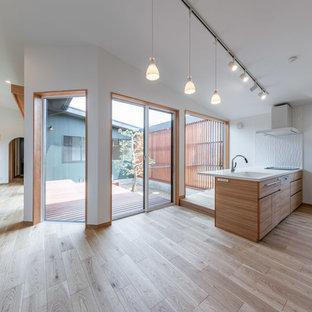 Modelo de cocina nórdica, abierta, con fregadero integrado, encimera de acrílico, salpicadero blanco, salpicadero de azulejos de cerámica, suelo de contrachapado, península y encimeras blancas
