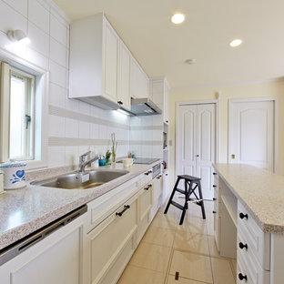 他の地域のトラディショナルスタイルのおしゃれなキッチン (シングルシンク、落し込みパネル扉のキャビネット、白いキャビネット、白いキッチンパネル、ベージュの床) の写真