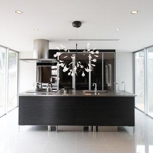 Zweizeilige Moderne Küche mit integriertem Waschbecken, flächenbündigen Schrankfronten, braunen Schränken, Edelstahl-Arbeitsplatte, Kücheninsel und grauem Boden in Sonstige
