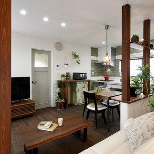 他の地域の小さい北欧スタイルのおしゃれなキッチン (濃色無垢フローリング、茶色い床) の写真