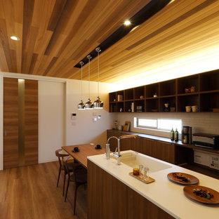他の地域のアジアンスタイルのおしゃれなII型キッチン (一体型シンク、フラットパネル扉のキャビネット、中間色木目調キャビネット、白いキッチンパネル、無垢フローリング、茶色い床) の写真