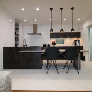 他の地域のモダンスタイルのおしゃれなキッチン (クッションフロア、グレーの床) の写真